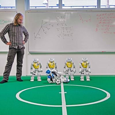 LINKÖPING 20170508    Bild från Robotlabbet, Linköpings universitet. Fredrik Löfgren, student på LIU, och det svenska robotlandslaget i fotboll, slipar på formen inför Fotbolls-VM för robotar i Japan i slutet på juni. Man tror att år 2050 finns ett robotlag som kan slå de regerande mänskliga världsmästarna i fotboll. Fredrik Löfgren, student och robotentusiast är med och programmerar landslaget. – Det häftigaste med robotar är väcka liv i dem, att man kan lära dem saker och att de själva lär sig saker genom att titta på andra. Kontakt: Fredrik Löfgren 070-3571658, fredrik.lofgren@liu.se Foto Jeppe Gustafsson